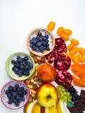 Супер противостарители Superfood смешивание свежих фруктов и ягод, богатое с resveratrol, витаминами, сырцовыми пищевыми ингредие стоковая фотография