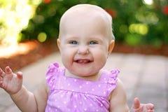 Супер счастливый усмехаясь ребёнок снаружи Стоковые Изображения