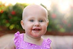 Супер счастливый усмехаясь ребёнок снаружи Стоковое Изображение