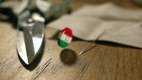 Супер съемка замедленного движения падать и отскакивать итальянская кнопка флага Сделано в магазине дела Италии concept акции видеоматериалы