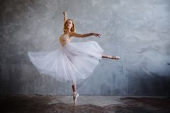 Супер тонкая балерина в черном платье представляет в студии Стоковое Фото