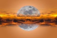 Супер луна между облаками на nighttime против предпосылки голубые облака field wispy неба природы зеленого цвета травы белое Стоковое Изображение