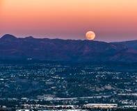 Супер луна поднимая в округ Орандж стоковое фото rf