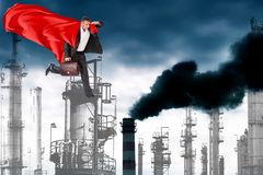 Супер человек и технологии загрязняя природу стоковые фото