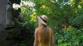 Супер slowmotion съемка молодой женщины в желтом платье идя во время захода солнца на прогулке или художнике гребня Campuhan акции видеоматериалы