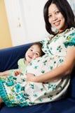 Супоросая азиатская мать и ее дочь Стоковая Фотография