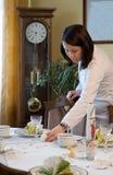 супоросая женщина таблицы установки Стоковая Фотография RF