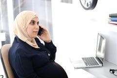 Супоросая мусульманская арабская женщина дела Стоковая Фотография RF