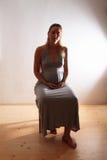 супоросая сидя женщина Стоковая Фотография