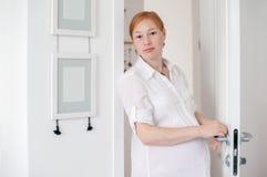 Супоросая red-haired женщина стоковое фото