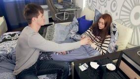 Супруг дает пилюльки к больной жене в кровати видеоматериал