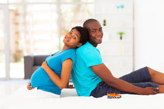 Супруг беременной женщины стоковые изображения rf