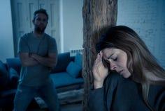 Супруг злоумышленника запугивая и бить его жену иллюстрируя насилие в семье стоковое фото