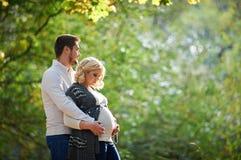 Супруг и жена беременной идут в парк Стоковая Фотография RF
