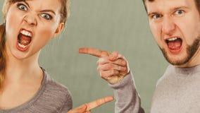 Супруг и жена выкрикивая и споря стоковые фото