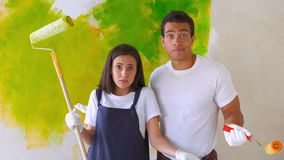 Супруг и жена делая реновацию дома видеоматериал