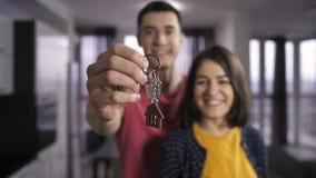 Супруг и жена держа ключи к новому дому сток-видео