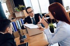 Супруг и жена подписывают поселение развода Divorcing пара растворяет контракт замужества стоковое изображение rf