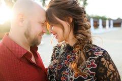 Супруг нося красную рубашку и обнимая жену стоковое изображение
