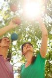 Супруг, простирание супруги до декоративных шариков Стоковые Изображения