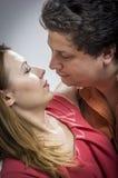 Супруг целуя его супруги Стоковое Фото