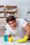 Супруг человека очищая жену порции дома Стоковое Фото