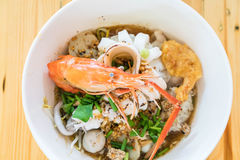 Суп лапши азиатских морепродуктов пряный Стоковое Изображение RF