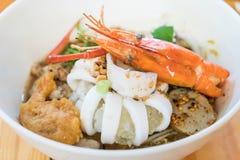Суп лапши азиатских морепродуктов пряный Стоковые Фото
