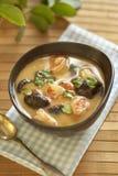 Суп батата Tom с шримсами, грибами и молоком кокоса Стоковые Фотографии RF