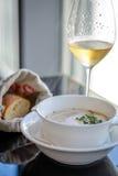 Суп гайки комода с белым трюфелем Chantilly и шампанским Стоковое фото RF