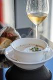 Суп гайки комода с белым трюфелем Chantilly и шампанским Стоковое Изображение RF