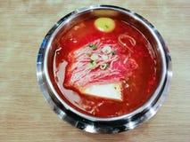 Суп говядины Yukgaejang очень вкусной корейской еды пряный, корейская кухня стоковое фото rf