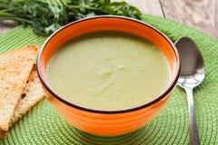 Суп гороха в оранжевой плите с шутихами стоковое изображение rf