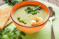 Суп гороха в оранжевой плите с шутихами стоковое изображение