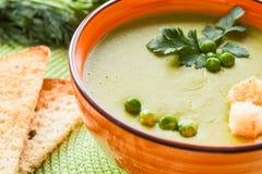 Суп гороха в оранжевой плите с шутихами стоковая фотография rf
