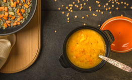 Суп гороха с взгляд сверху морковей и луков стоковые изображения
