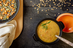 Суп гороха с взгляд сверху морковей и луков стоковое изображение