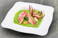 Суп горохов с филе кефали и щупальцами кальмара Стоковые Фото