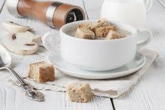 Суп гриба в белом баке, на салфетке, на деревянной предпосылке Стоковое Фото