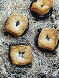 Суп гриба, цыпленка и картошки в баке с крышкой печенья слойки Стоковые Фотографии RF