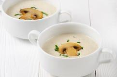 Суп гриба cream в белых шарах на деревянных досках Стоковые Фотографии RF