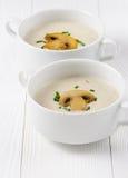 Суп гриба cream на белых деревянных досках Стоковое фото RF