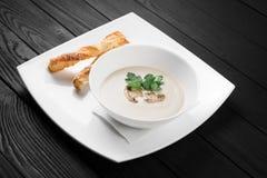 Суп гриба cream на черной деревянной предпосылке Стоковая Фотография