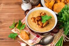 Суп гриба cream с лисичками и петрушкой на деревянной предпосылке Стоковые Изображения RF