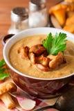 Суп гриба cream с лисичками и петрушкой на деревянной предпосылке Стоковые Фото