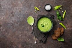 Суп зеленого гороха в шаре стоковое изображение