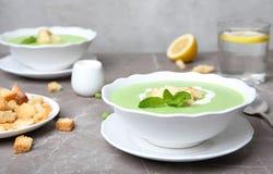 Суп зеленого гороха с гренками стоковые фото