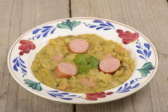 Суп зеленого гороха и хлеб рож Стоковые Изображения