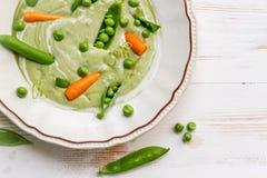 Суп зеленого гороха сделанный свежих овощей Стоковые Изображения RF