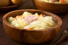 Суп или тушёное мясо Sauerkraut с Bratwurst стоковая фотография